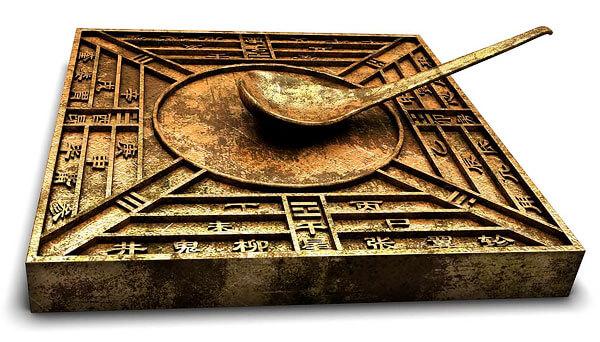 Фактически, это уже компас, поскольку ложка здесь ориентируется именно по направлению магнитных силовых линий Земли.