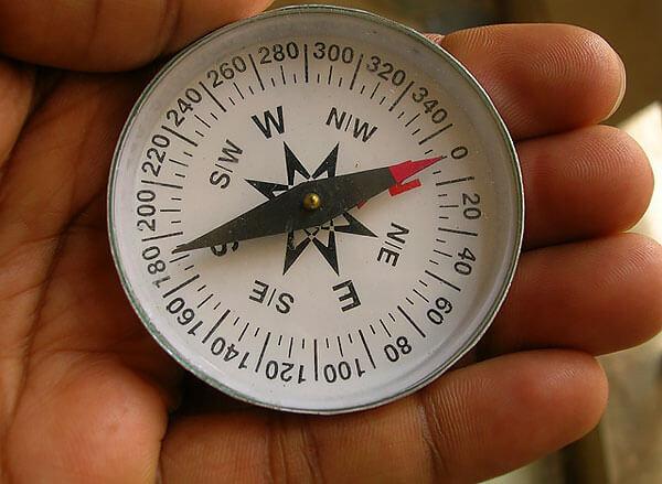 Поскольку магнитные линии не всегда ровны, показания компаса зачастую могут отличаться от истинных направлений на полюса.