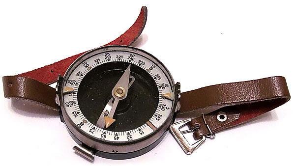 Один только узкий ремешок уже создает определенные проблемы при ношении этого прибора на запястье.