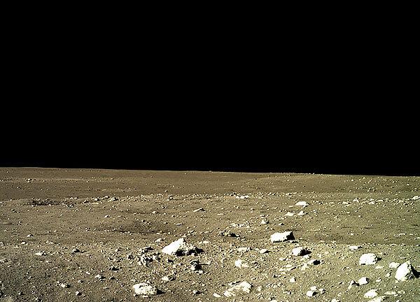 Некоторые компасы здесь помогут находить места на уже пройденном маршруте, но определять направления строго на полюса Луны с их помощью не получится.