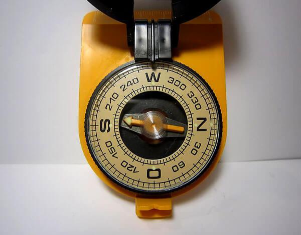 Воздух в колбе не критичен, но при возможности выбора брать стоит компас без него.